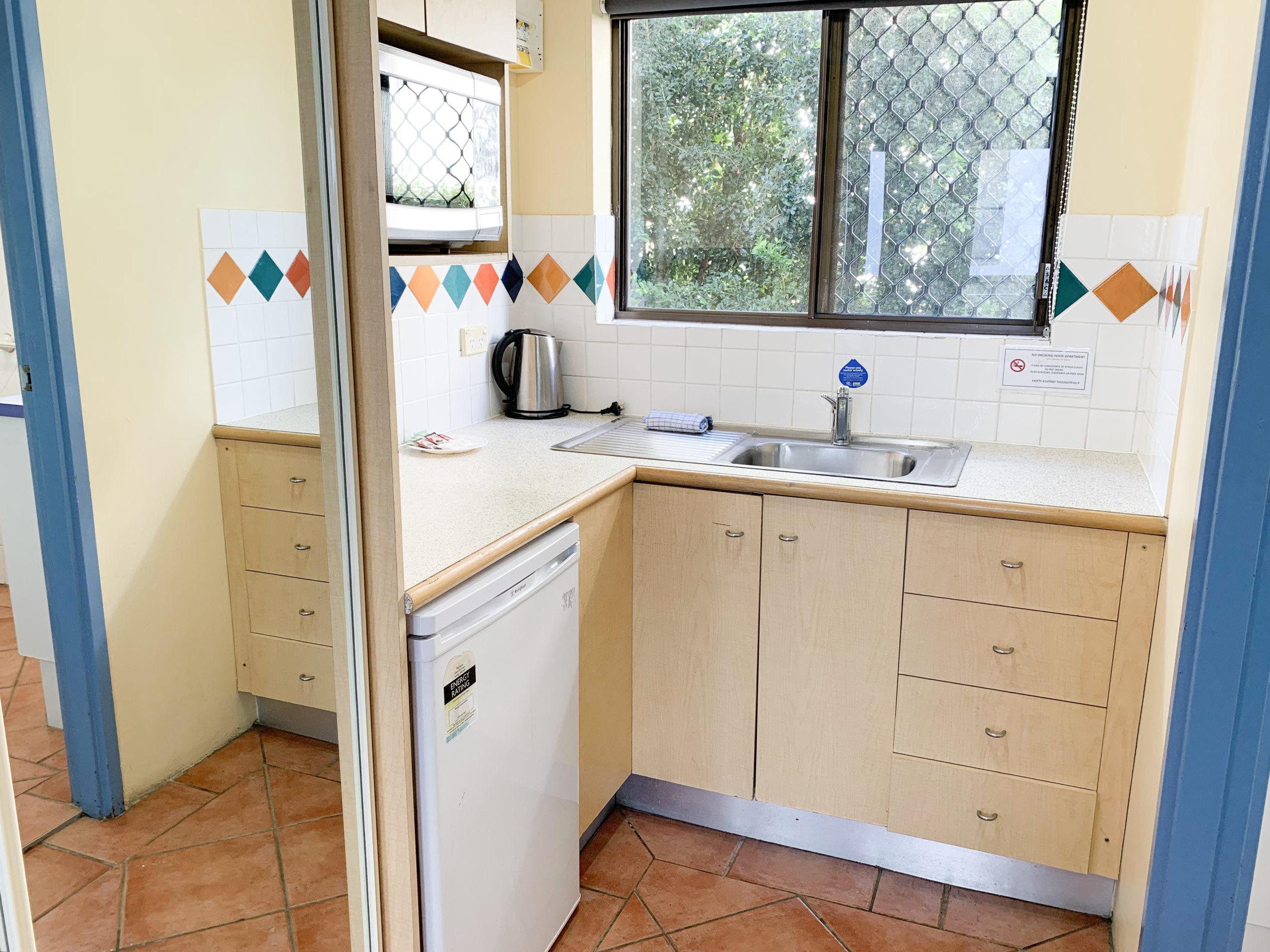 harbourside-resort-gold-coast-studio-apartment-kitchen