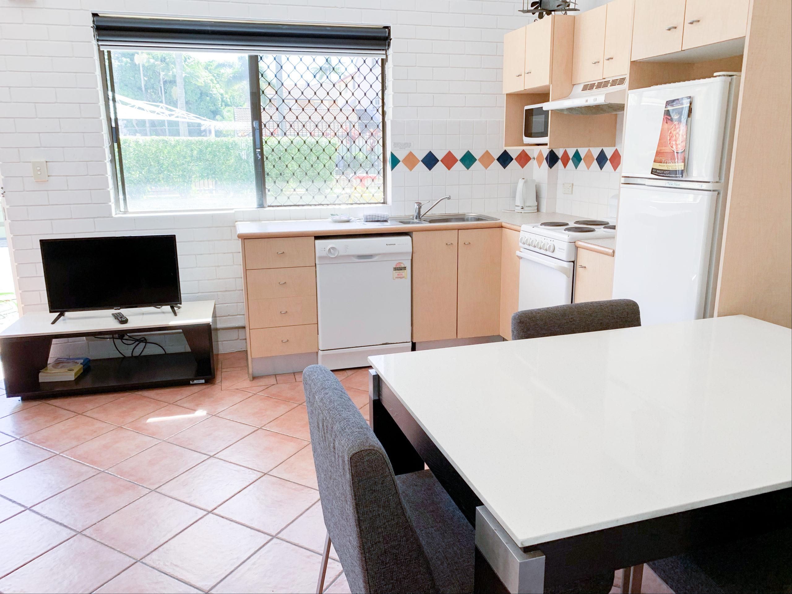 harbourside-resort-gold-coast-one-bedroom-apartment-dining
